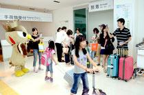 ぱいーぐるらが台湾観光客を歓迎した。この日は石垣行も台湾行もほぼ満席(102人)の状態という=石垣空港国際線ターミナル