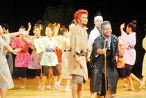 子どもたちの熱演が光った「オヤケアカハチ~太陽の乱~」=24日午後、市民会館大ホール