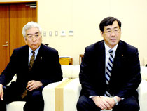 会見する松田衆院議員(右)、儀間議員=石垣空港