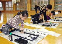 新学期初日に書き初めに取り組んだ児童たち=6日午前、伊野田小学校