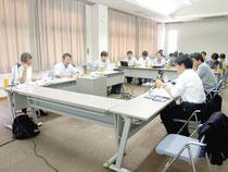 新たな対策案が提案された「閉鎖性海域における堆積赤土等の対策手法検討委員会」=29日午後、大濱信泉記念館