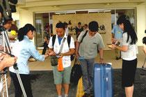 初便で石垣島入りし、歓迎を受ける台湾の観光客=新石垣空港国際線ターミナル前。