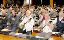 三線の音が体育館いっぱいに響いたサンシン大合奏会=4日夕、八島小学校