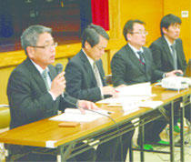赤土対策の調査結果を報告する県などの担当者=11日夜、川平公民館
