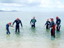シュノーケルを使った海の自然観察へ出発する参加者=25日午前、米原海岸