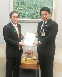 17日、菅長官に要請書を手渡す中山市長(石垣市提供)