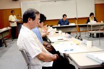 活発な意見交換が行われた委員会。左後方が課題を発表する前底所長=石垣市健康福祉センター