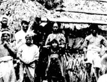 写真は1908年ごろ撮影された久場島での一コマ。中央の母娘(長女真伎1901年生)と左隣に写る父弥喜太。