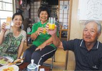 乾杯して沖縄尚学の8強入りを喜ぶ安里光雄さん、サチさん、﨑山さん(右から)=20日午後、石垣市新川