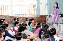児童たちへ感情の表現方法について紹介する八巻香織さん(右)=23日午前、登野城小学校