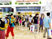 到着客で混雑する石垣空港=25日午後2時30分