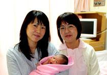 元旦に誕生した飯田さんの第2子。助産師の大底みどりさん(右)と一緒に=4日午後、県立八重山病院