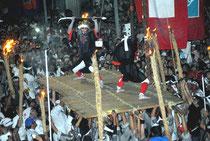 武者たちが戦いを演じた四カ字ムラプールのツナヌミン=27日夜、石垣市新川