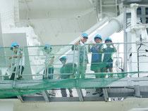 電波望遠鏡を見学するアンテナツアーは大人気=11日午前、VERA石垣島観測局