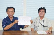 全国学力テストの結果を発表する玉津教育長(左)と宮良学校指導課長=25日午後、市教委