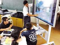 電子黒板を使った授業風景=2013年10月15日、石垣小理科室