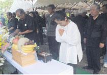 石垣市全戦没者追悼式・平和祈念式で八重守之塔に献花し、手を合わせる参列者(23日午後)