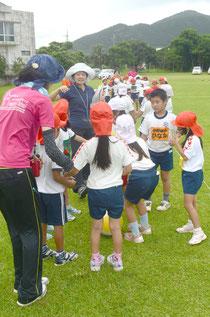 運動場でさまざまなレクを楽しむ北部地区の小学生。歓声が響いた=明石小学校