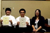 合格の喜びを分かち合う(右から)大濵教諭、上江田君、上原君=八重山商工