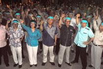 外間氏(中央)の必勝を期してガンバロー三唱する支持者=3日夜、与那国町祖納