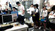 JTA石垣空港所でジョブシャドウイングを行う石小の生徒たち