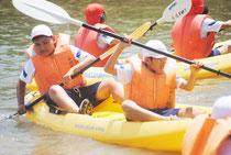 カヌー体験を楽しむ大里南小学校の児童=11日午後、宮良川