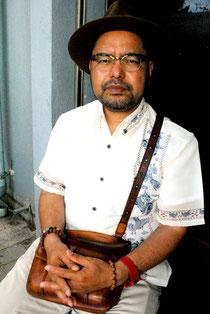 八重山日報のインタビューに答える松島教授=12日、石垣市内