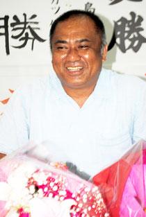 当選から一夜明け、支持者と談笑する砂川氏