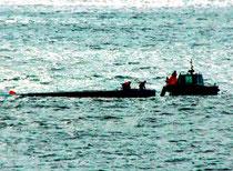 台湾船の乗組員を救助する台湾海岸巡防署巡視船(第11管区海上保安本部提供)