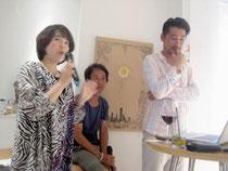 トークショーで発言する奥平まゆみさん(左)ら