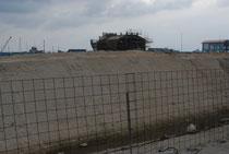 埋め立てが完了した新栄町船揚げ場の旧水面。中央に見えるのは防暑施設(13日午後)