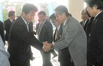 2期目の就任式を終え、職員と握手する中山市長=20日午前、市役所