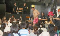子ども向けの劇を披露した八重高演劇部=5月31日午後、市子どもセンター