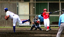 八重山王座を決める石垣長夫旗争奪軟式野球王座決定大会が行われた=21日、沖縄電力球場