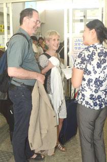 長旅の疲れも見せず笑顔で出迎えを受けるボルター夫妻。スタイルは早くもリゾート気分。会社ではエリザベスさんが上司にあたるという=石垣空港。