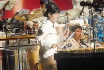 「ルパン3世」を演奏する市出身の上原3等空曹=15日夜、市民会館大ホール
