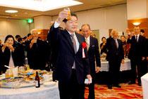 人事院総裁賞の受賞祝賀会で乾杯する大泉上席飛行士(16日夜)