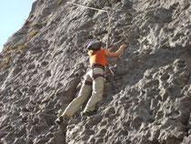 Klettern auf der Kletterwand in Golling Pass Lueg