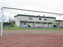 Direkt am Lessenicher Sportplatz sind die Umkleidekabinen. Die Wohnung im ersten Stock links wollte der Verein als Besprechungsraum für Spieler und Trainer nutzen. Doch diesen Plan hat jetzt die Stadt Bonn durchkreuzt. Und sich für die Panne entschuldigt.
