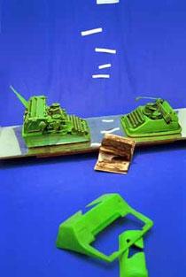 """De Toys: """"ZWISCHENMASCHI(E)NLICHKEIT"""" 4.5.-7.6.1998 (c) FLY (historisches Foto, Objekt wurde bei einem Umzug innerhalb Neuköllns aus Platzgründen """"entsorgt"""")"""