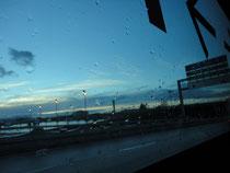 空港からパリへのバスの中で