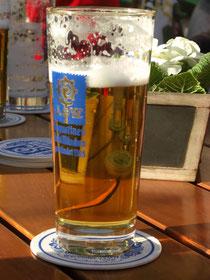 Eine Halbe im Goldrandglas / Augustiner Biergarten