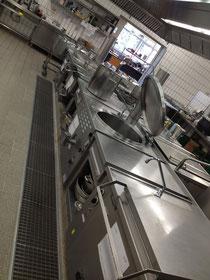 Der vorhandene Küchenblock- Wasser sickert durch die Decke auf die darunter (1 Stock tiefer)befindlichen Kühlzellen