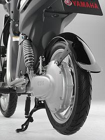 電動スクーターの多くは、リヤホイールのハブ内部にモーターを組み込んだインホイールモーター方式を採用