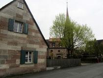 Sandsteinhäuschen vor der Tennenloher Kirche