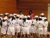 草野、鈴木両選手を囲む少年団の選手達