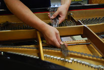 古いピアノ弦を外してるところ