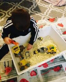 Baustelle in der Kiste mit Mehl/Öl- Sand