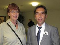 Die TUS-Vorsitzende Bea Münster mit dem Heldenberger Ortsvorsteher Erich Lauer auf der Eröffnungsveranstaltung