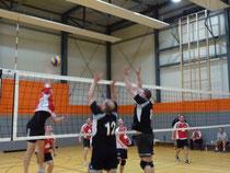 Der letzte Ball des Finalspiels war heiß umkämpft und brachte die Entscheidung zugunsten des TSHG. Foto: W. Metschke